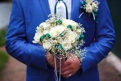 Accessoires de mariage et le bouquet de la jeune mariée Image libre de droits