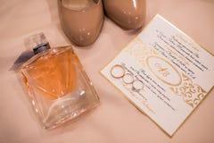 Accessoires de mariage : invitation, chaussures nuptiales, anneaux, parfum Détails de mariage aux nuances beiges Photographie stock libre de droits