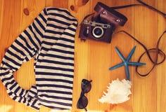 Accessoires de mer de vintage sur la vue supérieure de fond en bois toned Photos stock