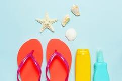 Accessoires de mer de plage d'?t? Bascules ?lectroniques de corail, coquilles, ?toiles de mer, bouteille jaune de protection sola photo stock