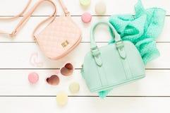 Accessoires de mode en pastel pour des filles sur le blanc Image stock