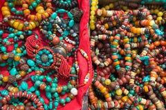 Accessoires de mode tibétains sur un marché au Thibet Photographie stock libre de droits
