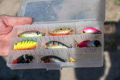 Accessoires de pêche semblables à de petits poissons, crochets Image libre de droits