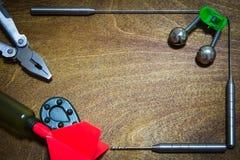 Accessoires de pêche sur le fond en bois Endroit pour votre texte Photo stock