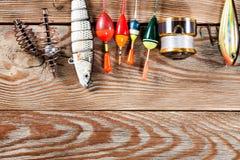 Accessoires de pêche sur un fond en bois Photographie stock libre de droits