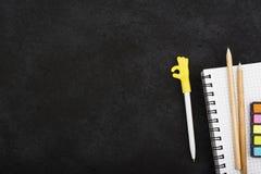 Accessoires de papeterie : un carnet pour des notes, autocollants colorés, crayons, un stylo avec un chapeau avec le symbole de l Photographie stock libre de droits