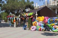 Accessoires de plage de vente de rue sur la station touristique Gelendzhik de bord de mer Photos libres de droits