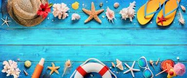 Accessoires de plage sur la planche bleue photographie stock