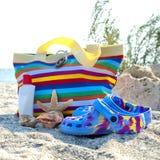 Accessoires de plage sur le sable photographie stock libre de droits