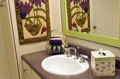 Accessoires de salle de bains avec la cuvette de visage Images libres de droits
