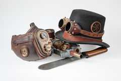 Accessoires de Steampunk - chapeau, lunettes, arme à feu, masque et couteau Images stock