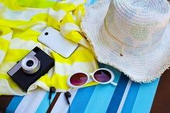 Accessoires de touristes femelles : couverture, lunettes de soleil, chapeau de paille, passpo images libres de droits