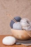 Accessoires de tricotage. Boules de fil Image stock