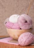Accessoires de tricotage. Boules de fil Photo stock