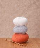 Accessoires de tricotage. Boules de fil Images libres de droits