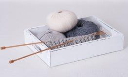 Accessoires de tricotage. Boules de fil Photographie stock