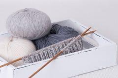 Accessoires de tricotage. Boules de fil Photos stock