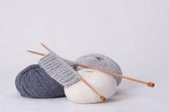 Accessoires de tricotage Boules de fil Images stock