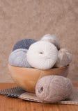 Accessoires de tricotage réglés Boules de fil Image stock