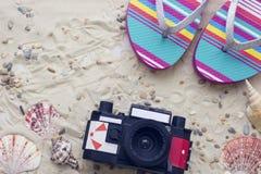 Accessoires de vacances sur le fond de sable Images libres de droits