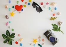 Accessoires de voyage sur le fond blanc avec la cam?ra et les lunettes de soleil La vue du haut du concept de voyage ou de vacanc photo stock
