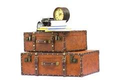 Accessoires de voyage de vintage - valises, horloge, appareil-photo et livres d'isolement sur le fond blanc Photos stock