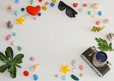 Accessoires de voyageur sur le fond blanc avec l'espace vide pour le texte Concept de vacances de voyage Fond d'?t? photo stock