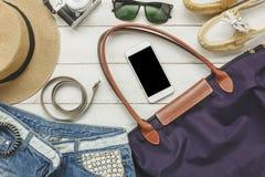 Accessoires de vue supérieure à voyager avec l'habillement de femmes Photographie stock