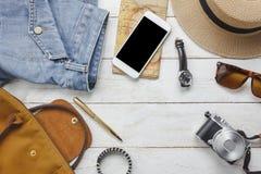 Accessoires de vue supérieure à voyager avec l'habillement de femmes Photo stock
