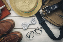 Accessoires de vue supérieure à voyager avec l'habillement de l'homme Photographie stock