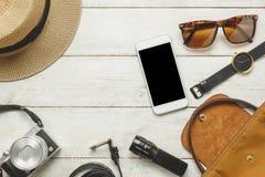 Accessoires de vue supérieure à voyager avec le concept d'habillement de femmes Photo stock