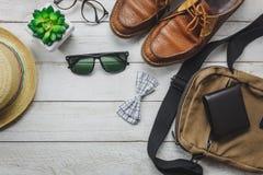 Accessoires de vue supérieure à voyager avec le concept d'habillement de l'homme photographie stock libre de droits