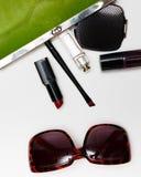 Accessoires de vue supérieure pour la femme Les lunettes de soleil élégantes, sac vert, rouge à lèvres, parfum, façonnent la conf images stock