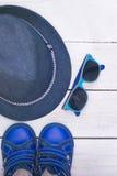 Accessoires du ` s d'enfants pour le voyage à l'été Photo verticale Photo stock