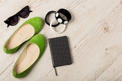 Accessoires du ` s de femmes - bracelets, bllerinas de chaussures et sunglasse Photographie stock libre de droits