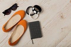 Accessoires du ` s de femmes - bracelets, bllerinas de chaussures et sunglasse Photos stock
