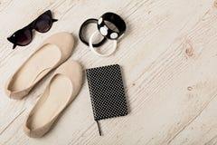 Accessoires du ` s de femmes - bracelets, bllerinas de chaussures et sunglasse Photographie stock