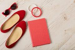 Accessoires du ` s de femmes - bracelets, bllerinas de chaussures et sunglasse Images stock