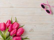 Accessoires du ` s de femmes - un chapeau, lunettes de soleil et chaussures Un bouquet de Photographie stock