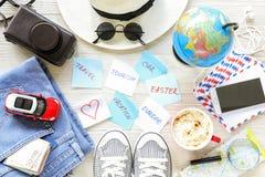 Accessoires du ` s de voyageur et articles, autocollants avec des notes sur le fond en bois blanc, voyage de planification vers l Image stock