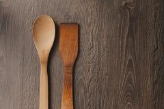 Accessoires en bois de cuisine sur le fond en bois Image stock