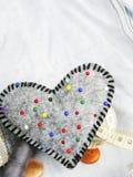 Accessoires en forme de coeur de pelote à épingles et de tailleur Photos stock