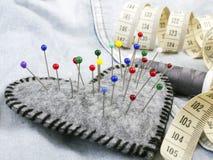 Accessoires en forme de coeur de pelote à épingles et de tailleur Photos libres de droits