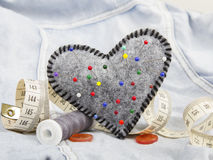 Accessoires en forme de coeur de pelote à épingles et de tailleur Images stock