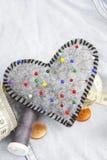 Accessoires en forme de coeur de pelote à épingles et de tailleur Photographie stock libre de droits