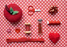 Accessoires et équipement rouges de kit de couture pour la couture et le Needlewo Photos stock