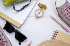 Accessoires et calendrier de voyageur sur le fond en bois blanc vi Photo libre de droits
