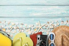Accessoires et coquillages de plage de vacances sur le fond bleu Photographie stock