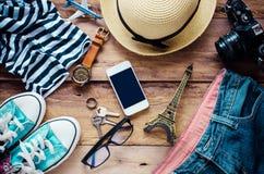 Accessoires et habillement pour le voyage sur un plancher en bois - style de vie Photo stock