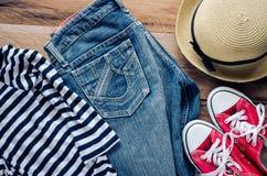 Accessoires et habillement pour le voyage sur un plancher en bois - style de vie Images libres de droits